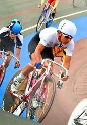16キロポイントレース決勝で優勝した八重山の新城銀二=県総合運動公園自転車競技場(伊藤桃子撮影)