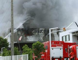 火災で煙が上がるレック静岡第二工場=5日午前8時58分、静岡県吉田町川尻