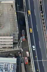 火災のあった現場付近。右は東名高速=21日午後1時10分、静岡市駿河区(共同通信社ヘリから)