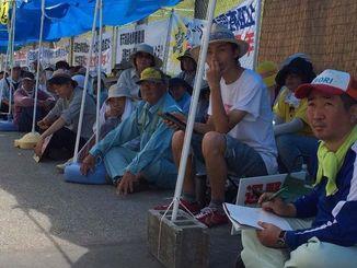 抗議の座り込みを続ける人たち=名護市辺野古の米軍キャンプ・シュワブ前、13日午前10時17分