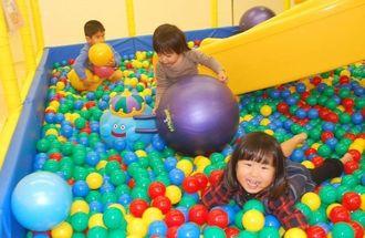 たくさんのボールがあるエリアで遊ぶ子どもたち=12日、那覇市辻・わくわくキッズランド