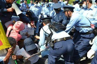 米軍キャンプ・シュワブのゲート前で座り込む市民らを排除する県警の機動隊員ら=1日午前9時26分、名護市辺野古