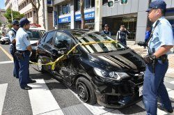 市街地を暴走し、事故を起こしたレンタカー=19日午後、那覇市久茂地