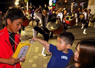 熊本地震の義援金を呼び掛けながら道ジュネーする松島青年会=14日夜、那覇市おもろまち