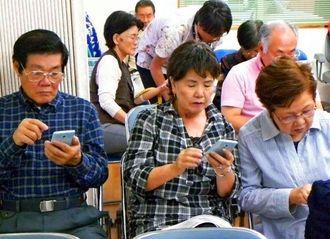 スマホの活用方法を学ぶ参加者たち=沖縄市美原・市シルバー人材センターの事務所