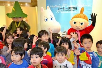 ムーミンらと触れ合い手を振るいずみ幼児園の子どもたち=那覇市・デパートリウボウ6階催事場