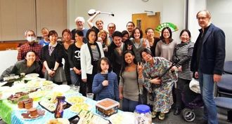 交流を深めた英国沖縄県人会とロンドン沖縄三線会のメンバー=1月31日、ロンドン市内の日本クラブ