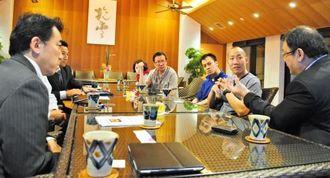 沖縄料理の調理方法などについてアドバイスを受けるジュン・チョイ社長(右端)ら香港のホテル料理長ら=13日、南城市玉城の百名伽藍