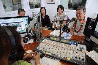 地元ラジオ番組へ出演し、大会参加を呼びかける翁長雄志知事(右)ら=10日、ホノルル市KZOOラジオ