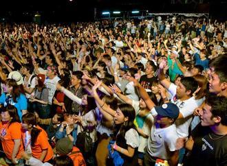 世界若者ウチナーンチュ大会グランドフィナーレのライブで、盛り上がる参加者=23日、うるま市・勝連城跡(下地広也撮影)
