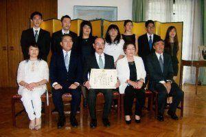 日亜間の相互理解の促進に尽力したとして表彰を受けた仲村さん(前列中央)