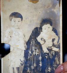 4歳ごろの長峯文子さん。右は弟で次男の故善信さん