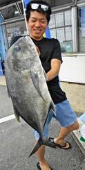 恩納村海岸で80センチ、6.7キロのガーラを釣った水野晃さん=25日