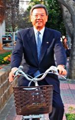 那覇市長時代、自転車通勤を始めた=2009年1月27日、市役所前