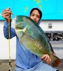 伊計島で61.5センチ、4.46キロのマクブを釣った新垣潤さん=24日