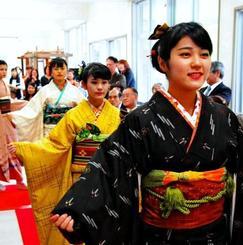 久米島紬を着こなすモデルの町民ら=4日、久米島紬の里ユイマール館