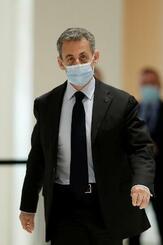 30日、パリの裁判所に到着するフランスのサルコジ元大統領(ロイター=共同)