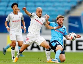 横浜M―シドニーFC 競り合う横浜M・前田(手前左)=カタール・アルワクラ(ゲッティ=共同)