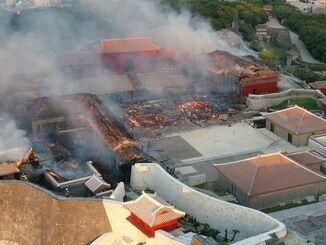 首里城の火災現場。正殿(中央)は完全に崩落している