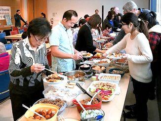 料理を持ち寄り楽しいひとときを過ごした球陽会の新年会=カナダ・トロント
