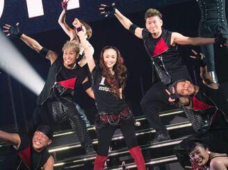 引退前夜のライブで、バックダンサーとパフォーマンスを披露する安室奈美恵さん(中央)=2018年9月15日、宜野湾市・沖縄コンベンションセンター