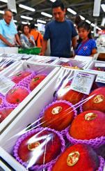 豊作で、昨年に比べて価格が低下している県産マンゴー=22日、糸満市・ファーマーズマーケット
