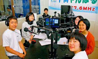 1時間のラジオの生放送を無事終えた大宮中学校の生徒たち=3日、名護市城・FMやんばる