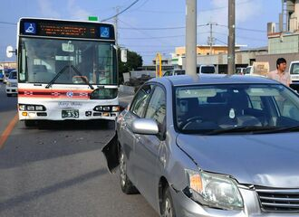 乗用車(手前)に追突した路線バス=11日午後6時前、石垣市大浜