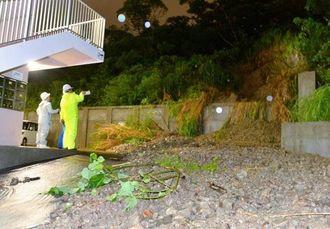 集中豪雨の影響でマンションの敷地内に流れ出た土砂=20日午後11時すぎ、南風原町兼城(伊藤桃子撮影)