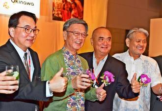 「沖縄ナイトin台湾」で出席者らとともにポーズを取る翁長雄志知事(左から2人目)=25日夜、台北市内の台北マリオットホテル