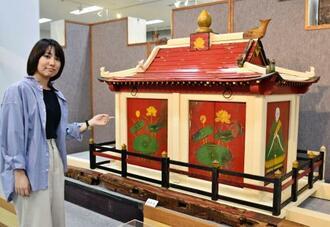 修復された饒波の龕。長さ3メートル70センチ、高さ1メートル40センチ、幅95センチの大きさだ=豊見城市伊良波・市歴史民俗資料展示室