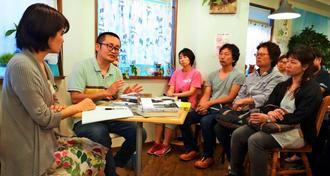 トークイベントで対談する打越正行さん(左から2人目)と上間陽子さん(左)=4月24日、八重瀬町・くじらブックス&Zou Cafe
