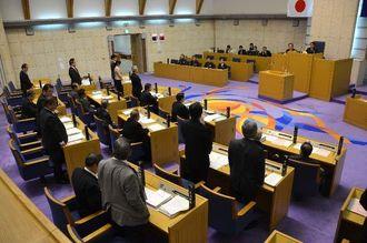 辞職勧告について賛否を表明する市議ら=7日、浦添市議会