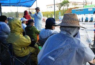 仮設テントで座り込みをする新基地建設に反対する市民ら=5日午前8時30分、名護市辺野古の米軍キャンプ・シュワブ前