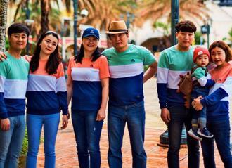 親族8人で沖縄観光に訪れた車悆峻ちゃん(右から2人目)、伯母の車琇娟さん(左から2人目)ら=1月、北谷町(提供)