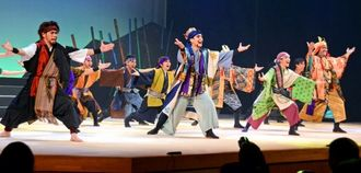 泰期(左)ら読谷村ゆかりの偉人を取り上げた読谷山花織の宴=村文化センター鳳ホール