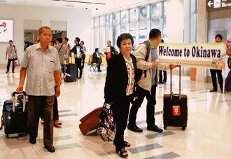 シンガポールから沖縄を訪れた観光客ら=5日、那覇空港