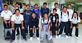 一時避難のため帰郷した熊本県八代市の秀岳館高校野球部、サッカー部のメンバー=20日、那覇空港