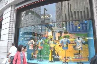 和光のショーウインドーを彩るPAIKAJIのアロハシャツ=3日、東京都中央区銀座