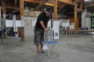 参院選の繰り上げ投票で1票を投じる島の有権者=20日午後0時ごろ
