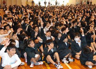 朝会で質問に手を挙げる子どもたち=6日午前、宜野湾市・大山小学校