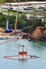 辺野古沖の海上に設置された、海底ボーリング調査用の台船。奥は米軍キャンプ・シュワブ=17日午後、名護市で共同通信社ヘリから