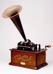 北里闌氏が残した蓄音機。台の横幅約33センチ、高さ15・5センチ、奥行き24センチ。集音器(ラッパ)の直径は30・5センチ(大谷大学図書館提供)