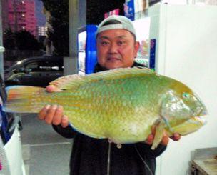 西洲海岸で58.7センチ、3.89キロのマクブを釣った翁長伸さん=10日