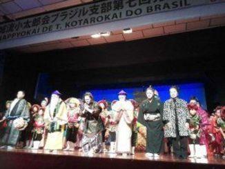 終演後の舞台あいさつで来場者に感謝する演者ら