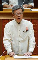 定例会で追加議案を説明する翁長雄志知事=25日午前11時ごろ、那覇市の県議会