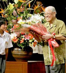 沖縄訪問中に「学問のすゝめと日本文化の特徴」と題し講演した台湾の李登輝元総統。講演後に花束を贈られて笑顔を見せた=2008年9月23日、宜野湾市