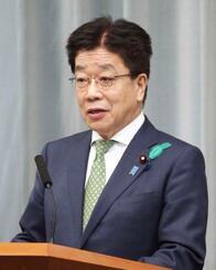 記者会見する加藤官房長官=15日午前、首相官邸