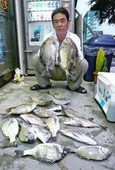 6日、名護海岸でミナミクロダイなど数釣りした米蔵守さん。道糸2.5号、ハリス1.7号、針チヌ3号、エサはぜっ鯛くわせ