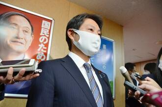 自民党幹部と会談後、記者団の取材に応じる石崎徹衆院議員=20日午後、東京・永田町の党本部